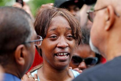 """Diamond Reynolds weeps after she recounts the incidents that led to the fatal shooting of her boyfriend Philando Castile by Minneapolis area police during a traffic stop on Wednesday, at a """"Black Lives Matter"""" demonstration in front of the Governor's Mansion in St. Paul, Minnesota, U.S., July 7, 2016. REUTERS/Eric Miller TPX IMAGES OF THE DAY"""